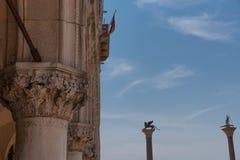 Del av fasaden av slotten Palazzo Ducale för doge` s i Venedig under dagshowen den detaljerade gotiska stilarkitekturen Fotografering för Bildbyråer