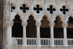 Del av fasaden av slotten Palazzo Ducale för doge` s i Venedig under dagshowen den detaljerade gotiska stilarkitekturen Arkivbilder