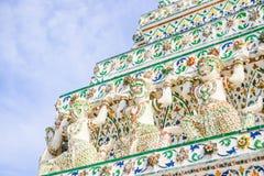 Del av forntida stupas i Wat Arun Ratchawararam Ratchawaramahaw Royaltyfri Bild