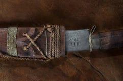Del av gömt i det verkliga japanska samurajsvärdet för pinne på läder arkivbild