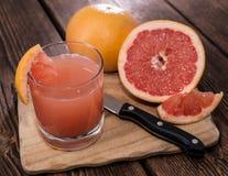 Del av grapefruktfruktsaft Arkivbild