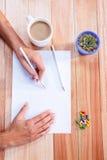 Del av händer som drar med blyertspennan Fotografering för Bildbyråer