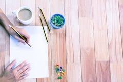 Del av händer som drar med blyertspennan Arkivbilder