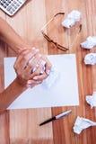 Del av händer som gör den pappers- bollen Arkivbild