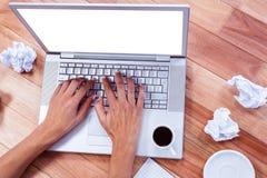 Del av händer som skriver på bärbara datorn Fotografering för Bildbyråer