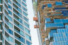 Del av hög löneförhöjningbyggnad under konstruktion Arkivfoton
