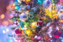 Del av julgranen, med färgrika glass bollar, små garneringar och färgrika ljusa reflexioner Royaltyfri Fotografi