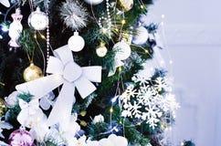 Del av julgranen med leksakernärbild arkivfoto