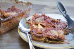 Del av lasagner som tas precis av bakning-pannan Arkivbild