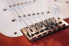 Del av modern elkraft sex röda färg för radgitarr med glansigt fullföljande, uppsamlingar och kontrollknoppar på träbakgrundscl arkivfoto