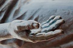 Del av monumentet som göras av metallbrons Handen med utsträckt gömma i handflatan Arkivbilder