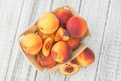 Del av nya persikor på träbakgrund, selektiv fokus Royaltyfri Bild