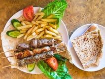 Del av olika arabiska kebaber på plattan Arkivbilder