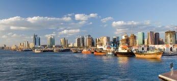 Del av port som förbiser skyskrapor Dubai Fotografering för Bildbyråer