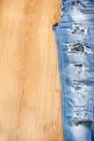 Del av riven sönder jeans Arkivfoton