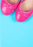 Del av rosa färgskor på blått Fotografering för Bildbyråer