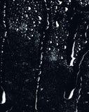 Del av serie Bakgrundsfotoet av regn tappar på mörkt exponeringsglas, olikt format: litet medel och stor horisontalsikt royaltyfria foton
