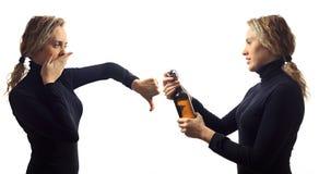 Del av serie Självsamtalbegrepp Stående av den unga kvinnan som talar till henne i spegeln, erbjudande öl i flaska royaltyfri fotografi