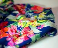Del av skjortan för kvinna` s med det ljusa blom- trycket Royaltyfria Foton