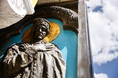 Del av skulpturen av prinsessan Olga på dörren av domkyrkan av Vladimir Arkivbild