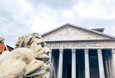 Del av springbrunnen nära panteon i den Rotonda fyrkanten, Rome, Italien royaltyfria bilder