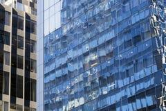 Del av två fasader av höga löneförhöjningbyggnader i New York City med Fotografering för Bildbyråer