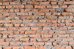 Del av väggarna för röd tegelsten av den gamla byggnaden Kors och kontrast med starkare skuggaöverkant av fotoet arkivbilder