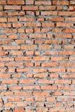 Del av väggarna för röd tegelsten av den gamla byggnaden Kors och kontrast med starkare skuggaöverkant av fotoet fotografering för bildbyråer