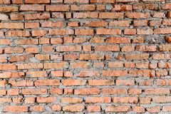 Del av väggarna för röd tegelsten av den gamla byggnaden Kors och kontrast med starkare skuggaöverkant av fotoet royaltyfri fotografi
