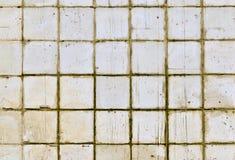 Del av väggen av vita tegelplattor av den gamla byggnaden toning royaltyfria bilder