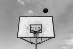 Del baloncesto del tablero de la bola blanco del negro al aire libre Imágenes de archivo libres de regalías