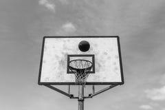 Del baloncesto del tablero de la bola blanco del negro al aire libre Foto de archivo
