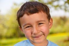 Del bambino del bambino del ragazzino del ritratto del fronte spri all'aperto dell'esterno all'aperto Fotografie Stock