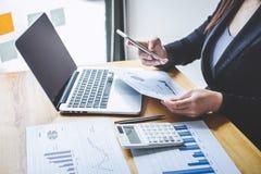 Del bilancio finanziario annuale analizzare di lavoro del ragioniere della donna di affari e di spesa calcolatrice dichiarazione  immagini stock