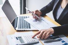 Del bilancio finanziario annuale analizzare di lavoro del ragioniere della donna di affari e di spesa calcolatrice dichiarazione  fotografie stock