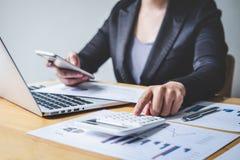 Del bilancio finanziario annuale analizzare di lavoro del ragioniere della donna di affari e di spesa calcolatrice dichiarazione  fotografia stock libera da diritti
