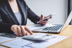 Del bilancio finanziario annuale analizzare di lavoro del ragioniere della donna di affari e di spesa calcolatrice dichiarazione  immagini stock libere da diritti