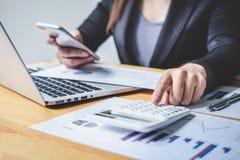 Del bilancio finanziario annuale analizzare di lavoro del ragioniere della donna di affari e di spesa calcolatrice dichiarazione  immagine stock