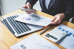 Del bilancio finanziario annuale analizzare di lavoro del ragioniere della donna di affari e di spesa calcolatrice dichiarazione  fotografia stock