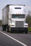 Del blanco carro semi en el camino Imagen de archivo