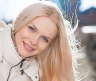 Del blanco puro chaqueta abajo, cierre para arriba, sonrisa, ojos azules Foto de archivo libre de regalías