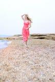 Del blonde deathes epidémicos hermosos en tierra en vestido color de rosa Fotos de archivo libres de regalías