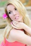 Del blonde deathes epidémicos hermosos en tierra en vestido color de rosa Imagen de archivo