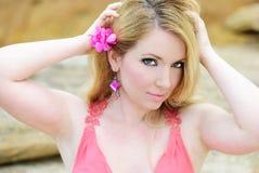 Del blonde deathes epidémicos hermosos en tierra en vestido color de rosa Imagenes de archivo