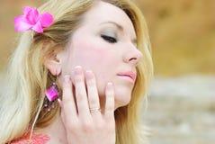 Del blonde deathes epidémicos hermosos en tierra en vestido color de rosa Imágenes de archivo libres de regalías
