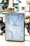 Del botón camisa hecha a mano abajo en el empaquetado al por menor Fotos de archivo libres de regalías