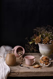 Del café o del cacao todavía del vintage vida con las galletas y el ramo del invierno, en la tabla de madera Copie el espacio Fotografía de archivo