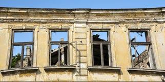 Del cierre fachada exterior para arriba - de la casa abandonada Imágenes de archivo libres de regalías