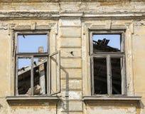 Del cierre fachada exterior para arriba - de la casa abandonada Fotografía de archivo libre de regalías