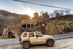 Del coche del camino por el pueblo quemado abandonado Imágenes de archivo libres de regalías
